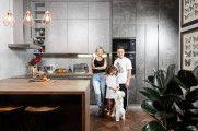 Кухня для резидента Comedy Club: стекло, дерево и бетон